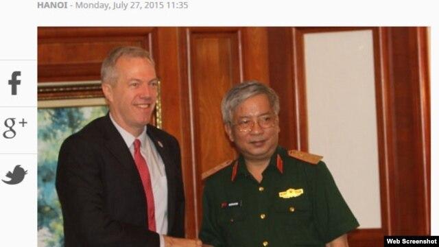 Ảnh chụp từ website của báo Tuổi Trẻ ngày 27/7 cho thấy Đại sứ Hoa Kỳ tại Việt Nam Ted Osius và Thứ Trưởng Bộ Quốc phòng Việt Nam Nguyễn Chí Vịnh.