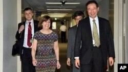 Quyền Phó Đại diện Thương mại Hoa Kỳ Wendy Cutler (trái) được chào đón bởi người đồng cấp Nhật Bản Hiroshi Oe (phải) trước cuộc đàm phán Quan hệ Đối tác Xuyên Thái Bình Dương (TPP) về thương mại tự do tại Bộ Ngoại giao ở Tokyo, ngày 9/7/2015.