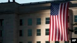 一面美国国旗悬挂在华盛顿的五角大楼外