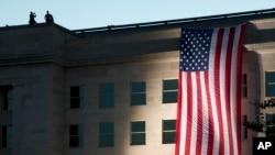 11일 미국 국방부 건물에 9.11 테러를 추모하는 성조기가 걸려있다.