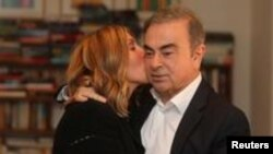 Mantan CEO Nissan Carlos Ghosn dan istrinya, Carole Ghosn seusai wawancara dengan Reuters di Beirut, Lebanon, 14 Januari 2020. (Foto: dok)