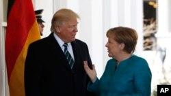 美国总统川普和德国总理默克尔在白宫西翼外(2017年3月17日)