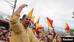 Luis Guillermo Solis (kiri), presiden baru Kosta Rika dari Partai Aksi Warga, di San Jose (6/4). (Reuters/Juan Carlos Ulate)