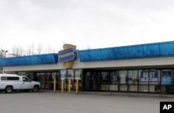 지난 15일 문을 닫은 미국 알래스카주 앵커리지의 블록버스터(Blockbuster) 매장.