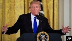 El presidente de EE.UU., Donald Trump, habla con periodistas en la Casa Blanca antes de partir al Foro Económico Mundial de Davos.