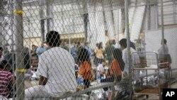 Foto dari Dinas Perlindungan Perbatasan dan Bea Cukai AS menunjukkan orang-orang yang ditahan karena memasuki wilayah AS secara ilegal, pada di fasilitas penahanan McAllen, Texas, 17 Juni 2018.