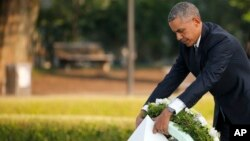 Rais Barack Obama wa marekani akiweka shada la maua kwenye Bustani ya Amani ya Hiroshima, maghariobi ya Japan, Ijuama, May 27, 2016.