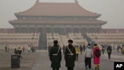 2015年12月22日,中国武警在雾霾下的故宫站岗