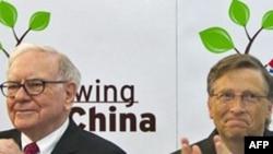 Ông Warren Buffett (trái) đã tới thăm một số địa điểm của BYD trong chuyến công du gần đây tới Trung Quốc với ông Bill Gates (phải)
