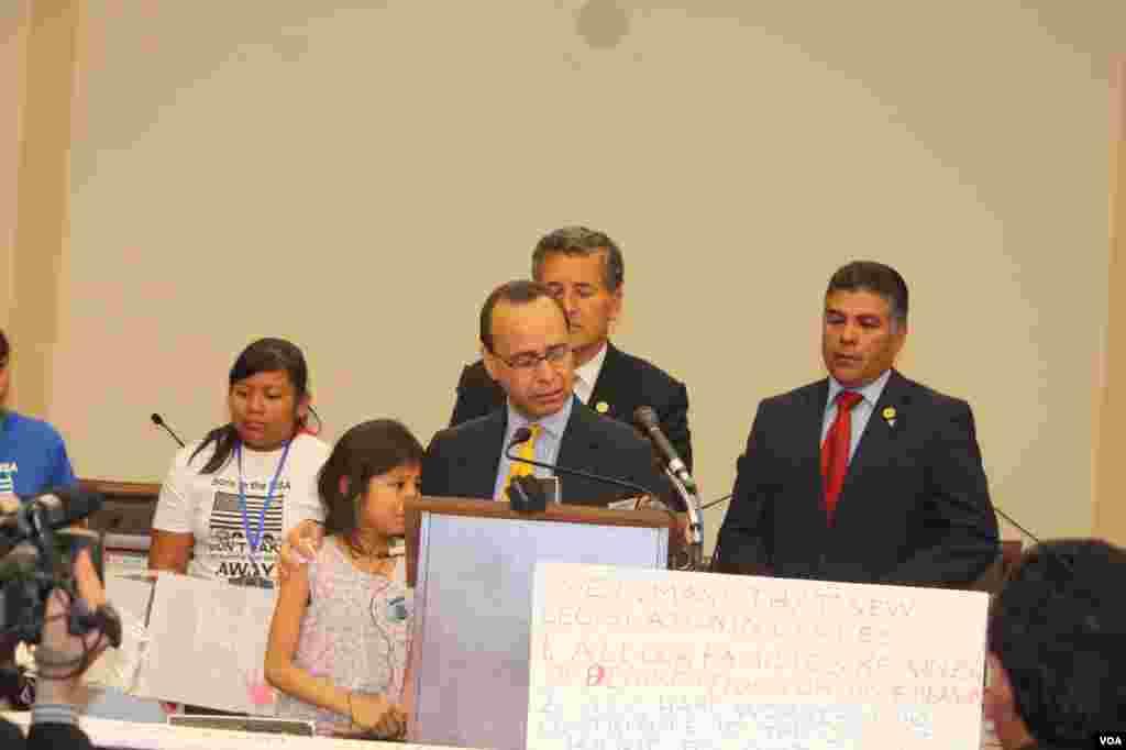 Se unieron al congresista Gutiérrez los legisladores de California Juan Vargas y Tony Cárdenas.