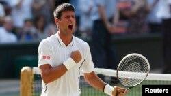 Petenis Serbia Novak Djokovic setelah mengalahkan Juan Martin del Potro dari Argentina dalam semifinal Wimbledon (5/7). (Reuters/Suzanne Plunkett)
