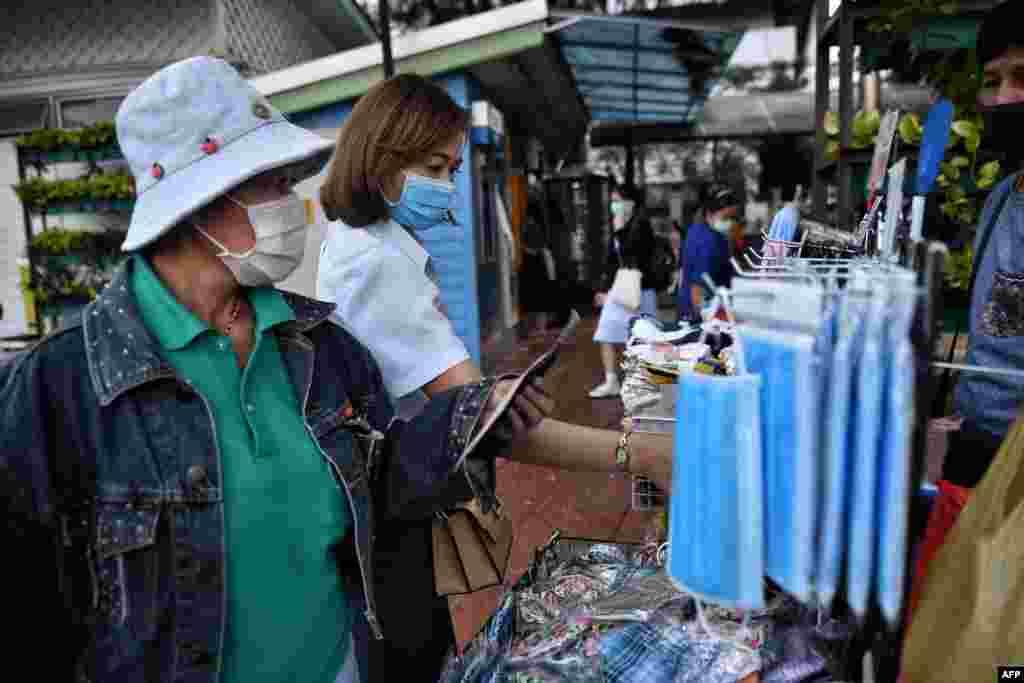 کرونا وائرس سے بچاؤ کے لیے اب بھی دنیا بھر میں بڑے پیمانے پر ماسک کی خریداری جاری ہے۔ اسٹورز کے علاوہ اب ماسک سڑکوں کے کنارے واقع اسٹالز پر بھی فروخت کیے جارہے ہیں۔