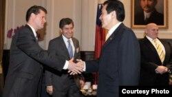 馬英九2月26日會見阿米蒂奇率領的代表團(中央社照片)
