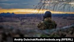 Вигляд на терикон, який утримують бойовики російських гібридних сил, із позиції українських військових неподалік міста Золоте, що на Луганщині