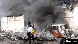 Dalam foto tertanggal 3/12/2014 ini petugas berusaha untuk mematikan api setelah sebuah ledakan bom mobil menyerang konvoi PBB di Mogadishu. Serangan terhadap petugas penjaga perdamaian di Somalia meningkat akhir-akhir ini.