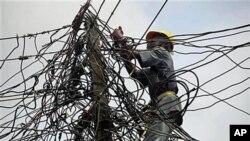 Les coupures d'électricité sont fréquentes au Nigéria... Dans cette photo, un travailleur de Nigeria Power ajuste des cables à Lagos, en juillet 2011