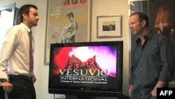 Greg Sims (Sağda), George Clooney'in oynadığı Red Surf filmini 200 bin dolara mal ettiklerini anlatıyor