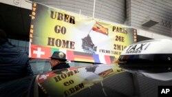 En esta foto de archivo del 26 de enero de 2016 taximetristas realizan una huelga en París, Francia, contra lo que consideran competencia injusta de Uber.