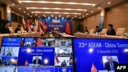 Perdana Menteri Vietnam Nguyen Xuan Phuc dalam KTT ASEAN-China yang digelar secara daring di karena pandemi virus corona, di Hanoi, 12 November 2020. (Foto: Nhac NGUYEN / AFP)