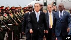 Tổng Thư ký LHQ Ban Ki-moon (giữa) đi cùng Phó Chủ tịch Burundi Gaston Sindimwso (phải) khi ông đến Bujumbura, Burundi, thứ Hai ngày 22 tháng 2 năm 2016.