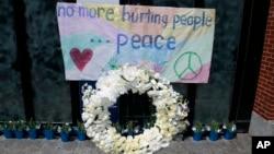 Miembros de la familia de Martin Richards, de 8 años, una de las víctimas colocaron una ofrenda floral en el sitio de atentado.