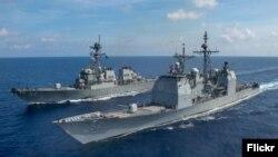Chiến hạm USS Bunker Hill của Hải quân Hoa Kỳ (trước) và khu trục hạm USS Barry đi ngang qua Biển Đông để hỗ trợ an ninh và ổn định trong khu vực Ấn độ-Thái Bình Dương. Ảnh chụp ngày 18/4/2020. (U.S. Navy photo by Mass Communication Specialist 3rd Class Nicholas V. Huynh