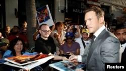 """Glumac Kris Prat potpisuje autograme na svetskoj premijeri """"Čuvara galaksije 2"""""""