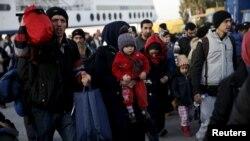 La falta de ingresos y de trabajos adecuados a sus habilidades, la explotación y la discriminación llevan a los sirios a abandonar el país donde han estado residiendo, dijo una vocera de ACNUR. 51 por ciento de los refugiados sirios y 40 por ciento de los afganos son mujeres y niños,