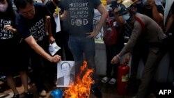 Sinh viên ủng hộ dân chủ đốt ảnh Thủ tướng Thái Lan Prayuth Chan-o-cha ngay trước toà nhà chính phủ ở Bangkok vào ngày 24/7/2020.