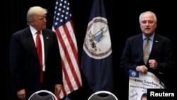 도널드 트럼프(왼쪽) 미 공화당 대통령 후보가 6일 버지니아주 버지니아비치에서 군인 가족들과 만나는 일정을 소화하기에 앞서 전직 미 해군 항공기 조종사 레이 트렌첸트의 발언을 듣고 있다.