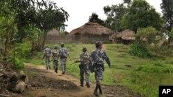ໃນພາບທີ່ຖ່າຍໃນວັນທີ 14 ກໍລະກົດ, 2017, ເຈົ້າໜ້າທີ່ຕໍາຫລວດຍາມຊາຍແດນຂອງມຽນມາ ຫລື ຍ່າງຢູ່ຕາມທາງເລາະບ້ານ Tin May village ຢູ່ໃນເຂດທີ່ລັດຖະບານ ແລະກອງທັບມຽນມາອ້າງວ່າ ມີພວກກໍ່ການຮ້າຍຊາວມຸສລິມຢູ່ລັດ Rakhine ຂອງມຽນມາ.