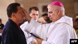 Tổng thống Chavez dự một thánh lễ để cầu nguyện được khỏi bệnh, và cha đang làm dấu thành giá lên trán ông