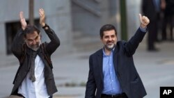 罗尼亚文化协会主席伊夏特非(左)和加泰罗尼亚国民大会负责人桑切斯在马德里法院外向支持者招手