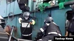 韩国海岸警卫队6月7日扣留两艘中国捕鱼船