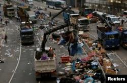 当局12月11号清除港府大楼外曾被示威者占领的一个地区