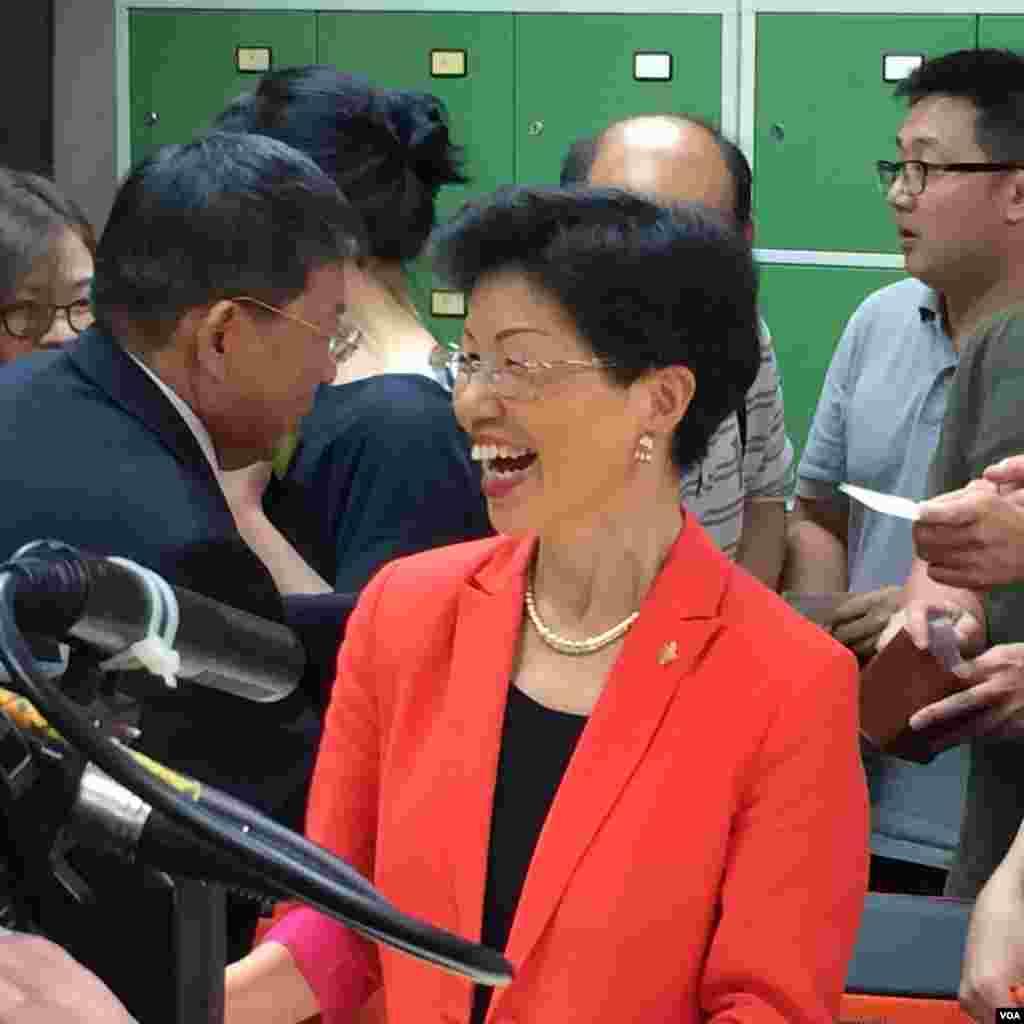 台湾行政院陆委会新主委张小月星期四和各界记者举行茶叙。(美国之音齐勇明拍摄)