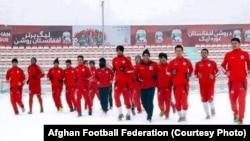 تمرینات تیم ملی فوتبال افغانستان بر زمین پوشیده از برف