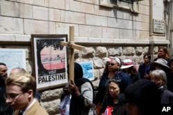 Fieles cristianos caminan por la Via Dolorosa hacia la Iglesia del Santo Sepulcro en Jerusalén el Viernes Santo, 19 de abril de 2019.