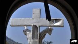 Một cây thánh giá bị hư hại tại hiện trường một vụ nổ bom ở nhà thờ Thánh Theresa, ở Madalla, Suleja, ngoại ô thủ đô Abuja, ngày 25 tháng 12, 2011 (ảnh tư liệu).
