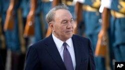 在北京人民大会堂举行的欢迎仪式上,哈萨克斯坦总统卡耶夫检阅中国仪仗队(2018年6月7日)。