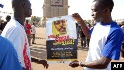 Des manifestants tenant un poster de Norbert Zongo, assassiné le 13 decembre 1998.