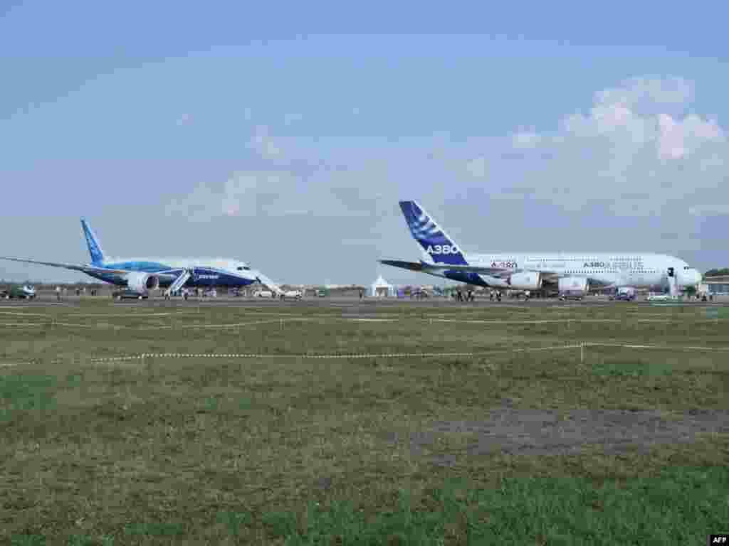 """Боинг-787 """"Дримлайнер"""" и А-380 """"Суперджамбо"""" на поле в Жуковском"""