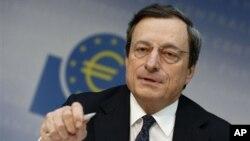 Mario Draghi, Presiden Bank Sentral Eropa mengatakan akan mempertimbangkan pembelian obligasi dari bank-bank Eropa (foto: dok).