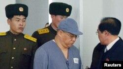 북한에 억류된 한국계 미국인 케네스 배(가운데) 씨가 지난 1월 평양에 마련된 기자회견장에 수의 차임으로 나오고 있다.