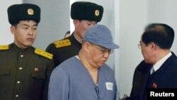 북한에 억류된 한국계 미국인 케네스 배 씨가 지난 1월 평양에 마련된 기자회견장에 수의 차림으로 나오고 있다.