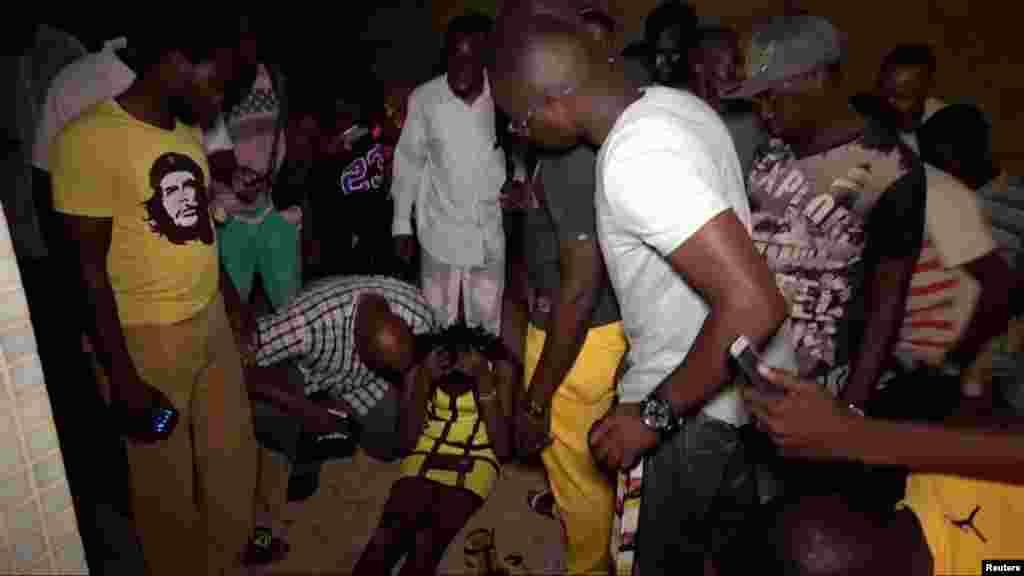 Un client du café blessé après l'attaque d'hommes armés dans un café à Ouagadougou, Burkina Faso, le 13 août 2017.