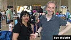 خانم «ندا امین» در کنار همکار او در روزنامه تایم اسرائیل، در بدو ورود به اسرائیل