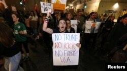 """在新奥尔良市反对川普当选美国总统的示威群众中,有人手持标语""""不要川普,不要三K党,不要法西斯美国""""(2016年11月10日)"""