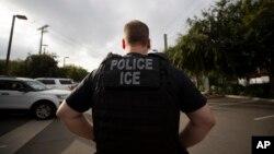 ARCHIVO - Un agente del Servicio de Inmigración y Aduanas de EE.UU.durante una operación en Escondido, California. Julio 8 de 2019.