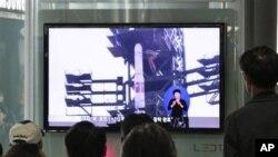 지난 4월 북한의 미사일 발사 소식을 지켜보는 서울 시민들. (자료사진)
